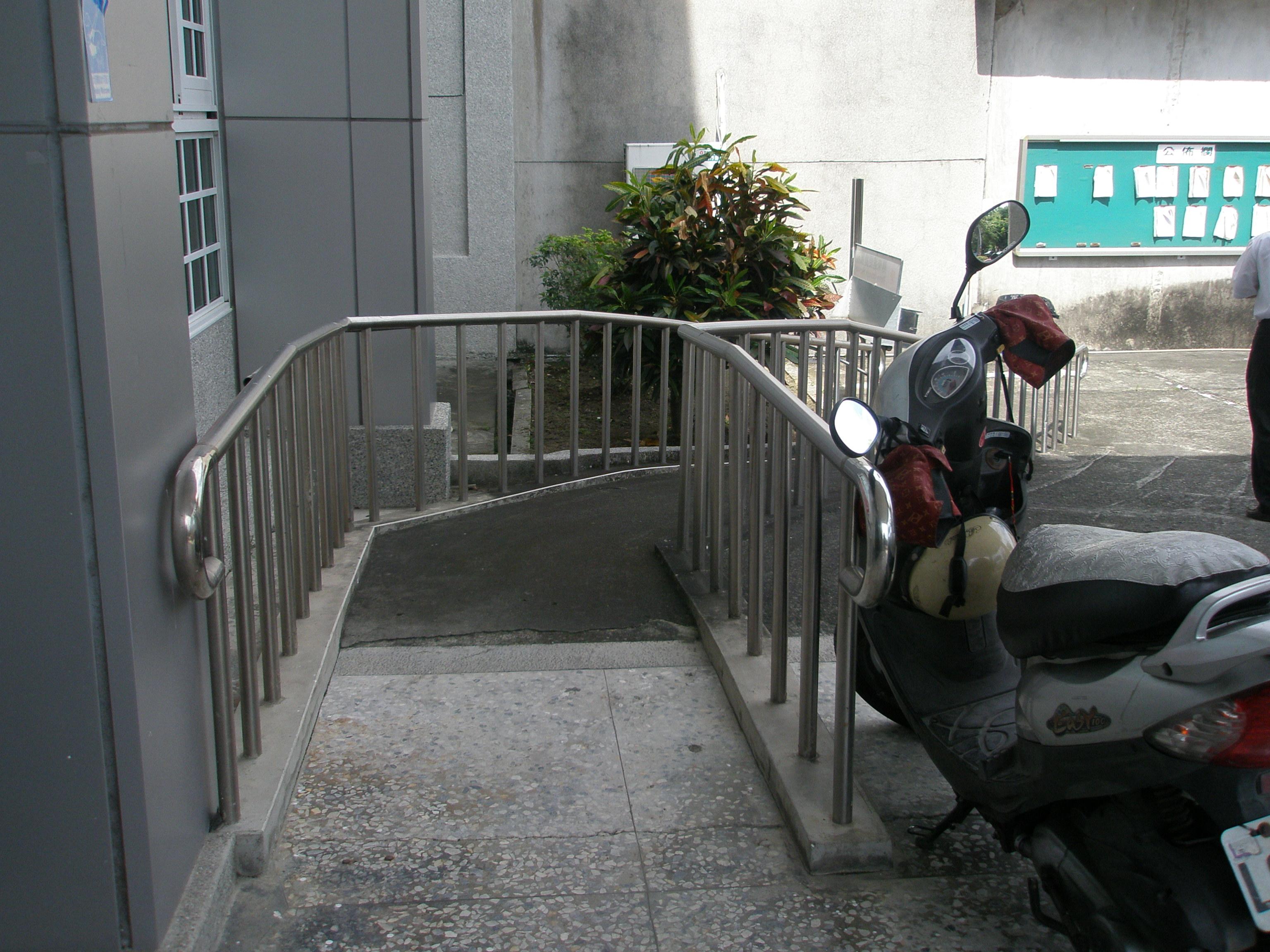左側殘障坡道下坡
